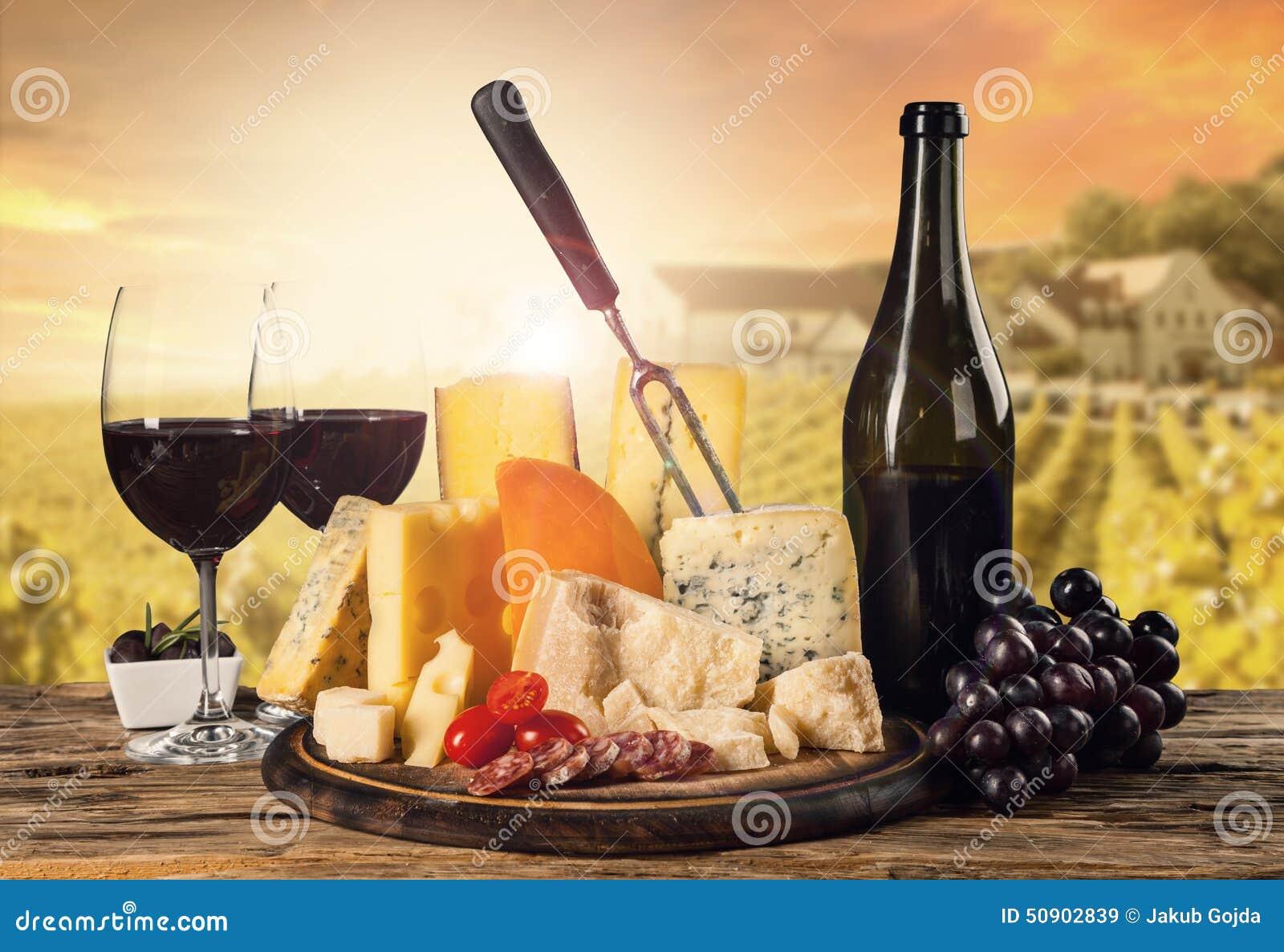 Różnorodny ser z winem jakby
