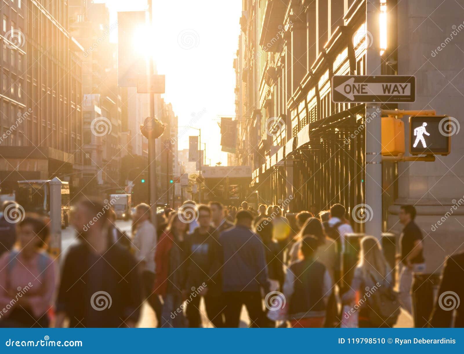 Różnorodny tłum anonimowi ludzie chodzi w dół ruchliwą ulicę w Miasto Nowy Jork