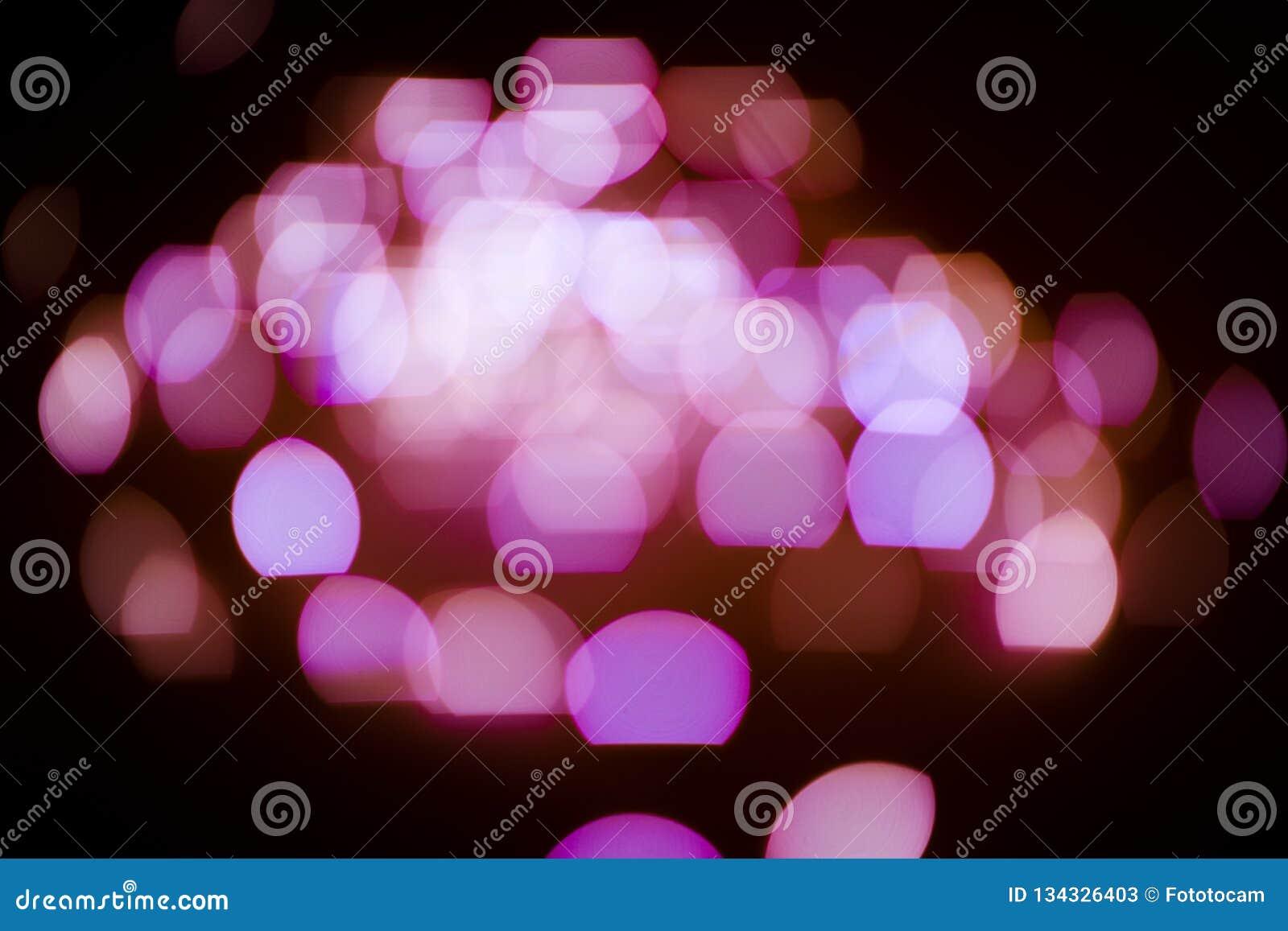 Różowa błyskotliwość zaświeca tło defocused