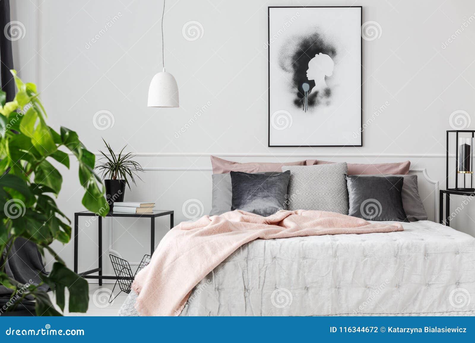 Różowa koc w kobiecej sypialni