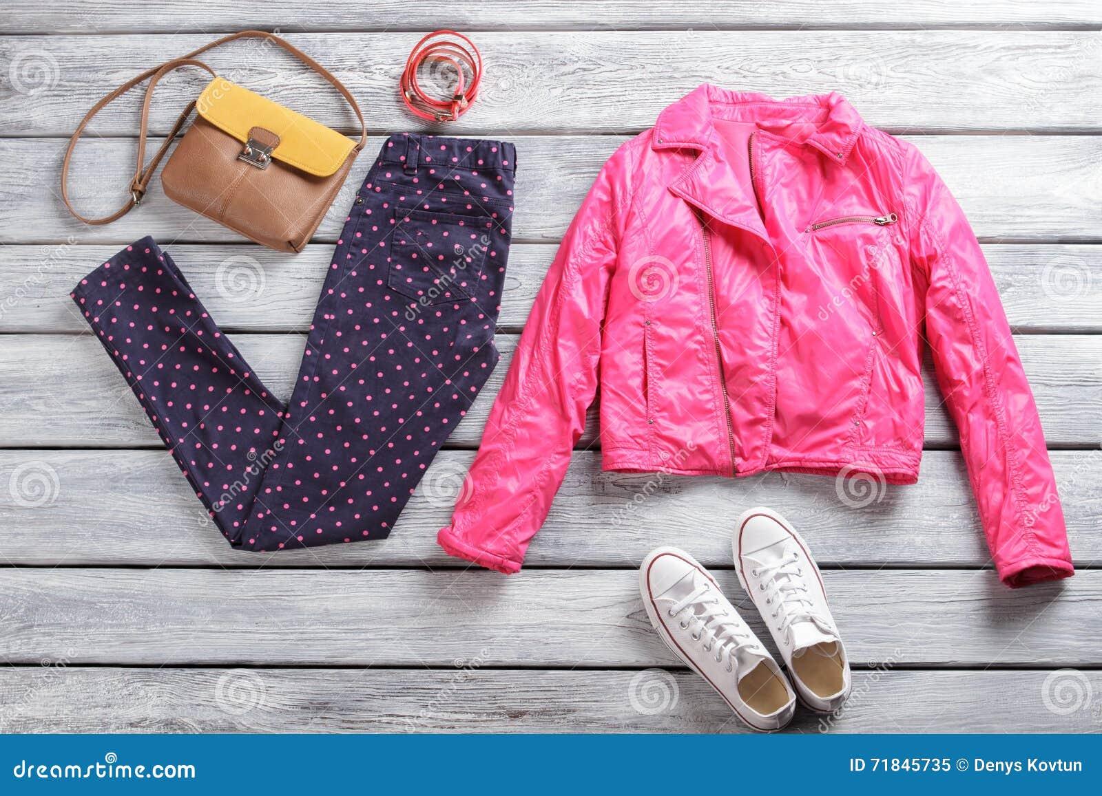 Różowa kurtka z kropkowanymi spodniami