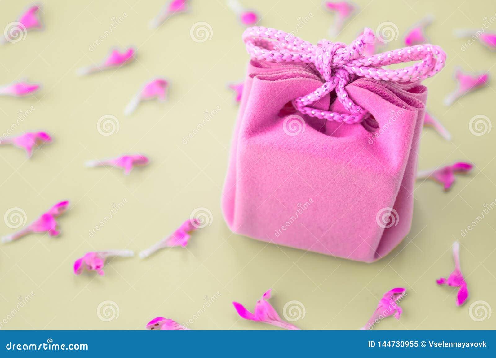 Różowa prezent karta na szarym tle z kwiatami Piękny delikatny prezent