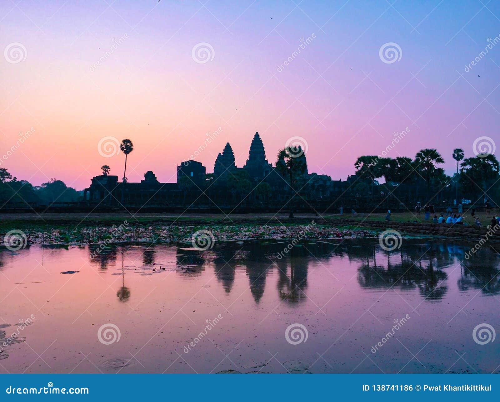 Różowa sylwetki Angkor Wat świątynia z Powstającym słońcem