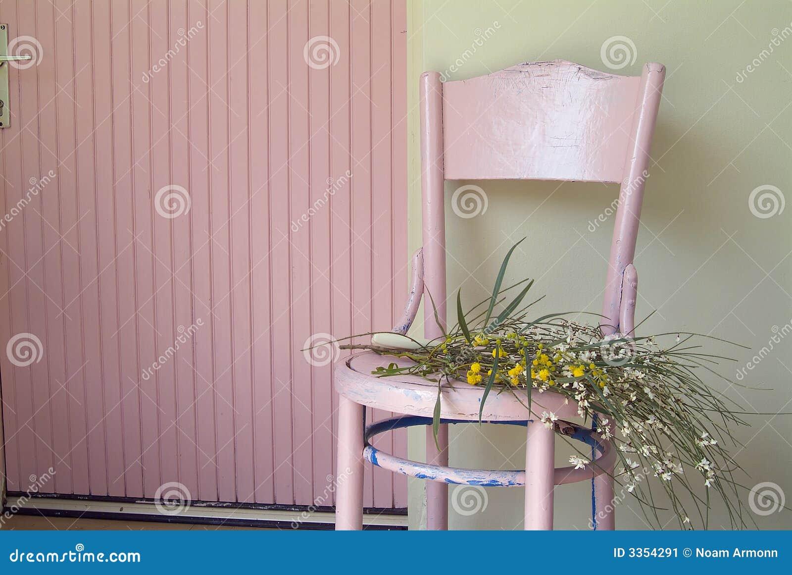 Różowe kwiaty stare krzesło