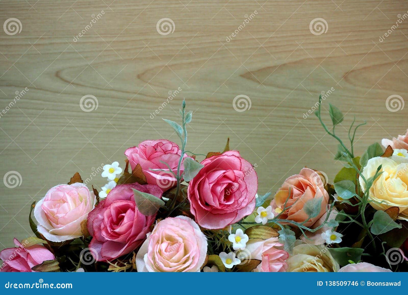 Różowe róże z drewnianym tłem