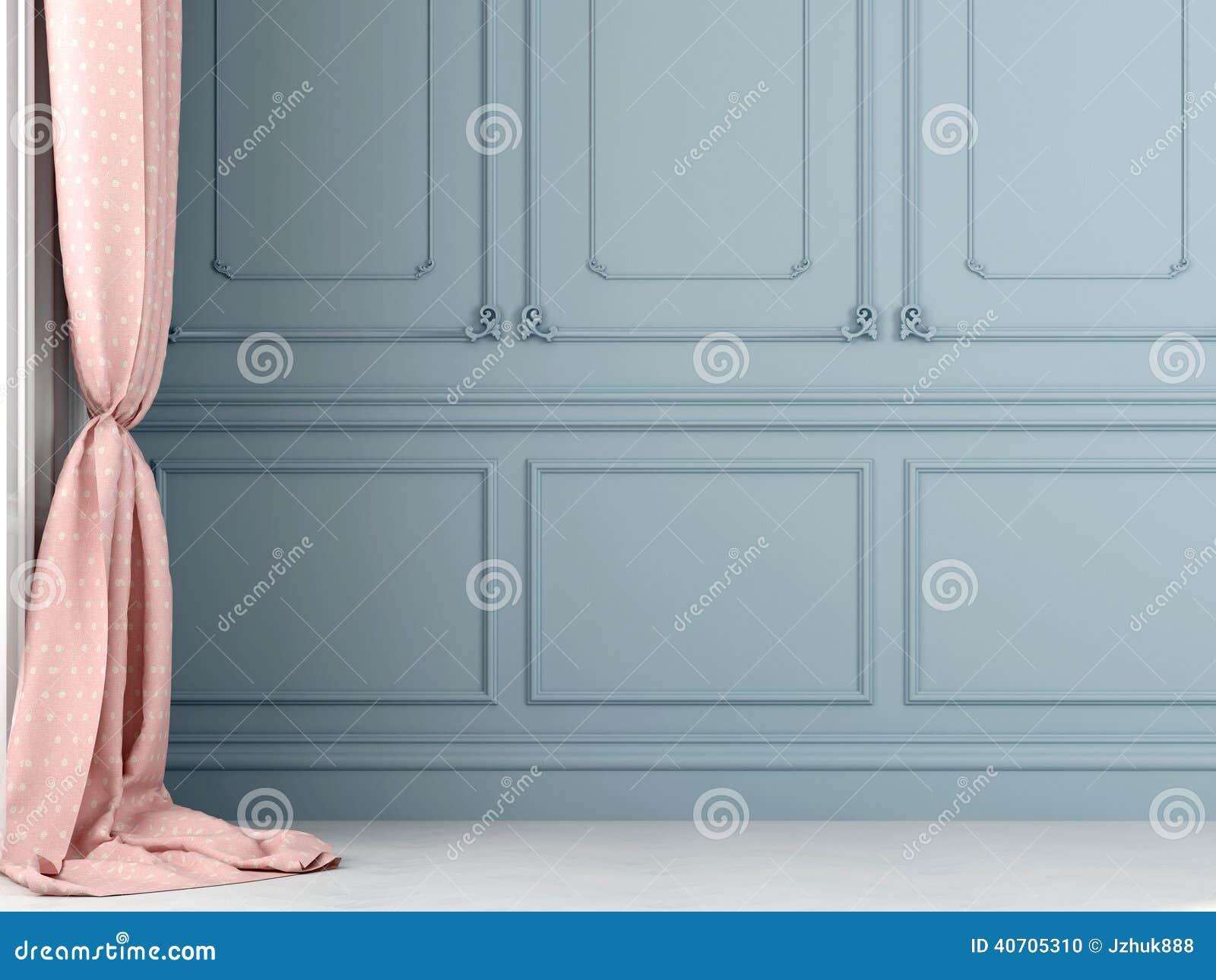 Różowe zasłony przeciw tłu błękit ściana