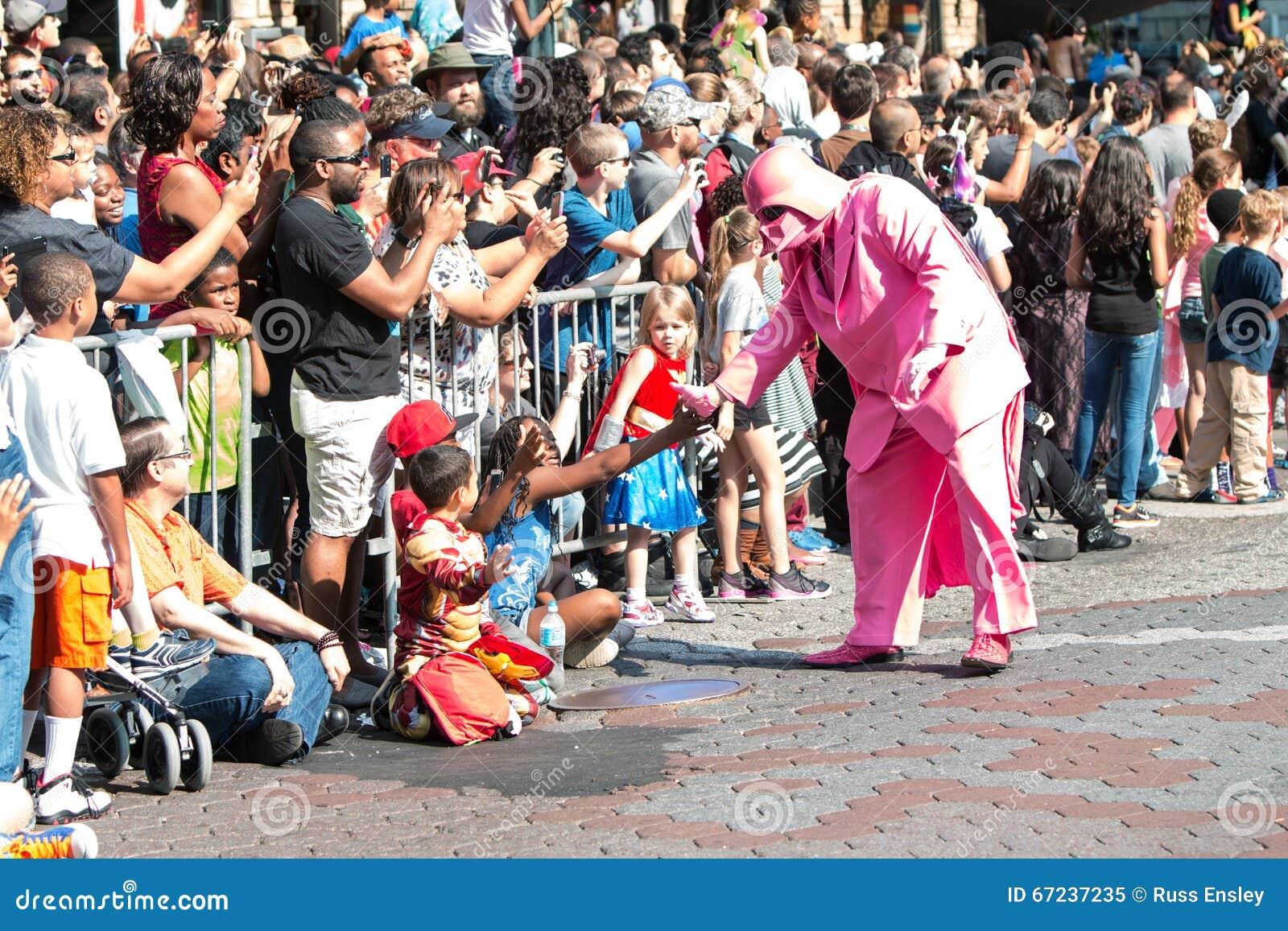 Różowi Darth Vader antrakty Z Atlanta smoka przeciwu parady widzami