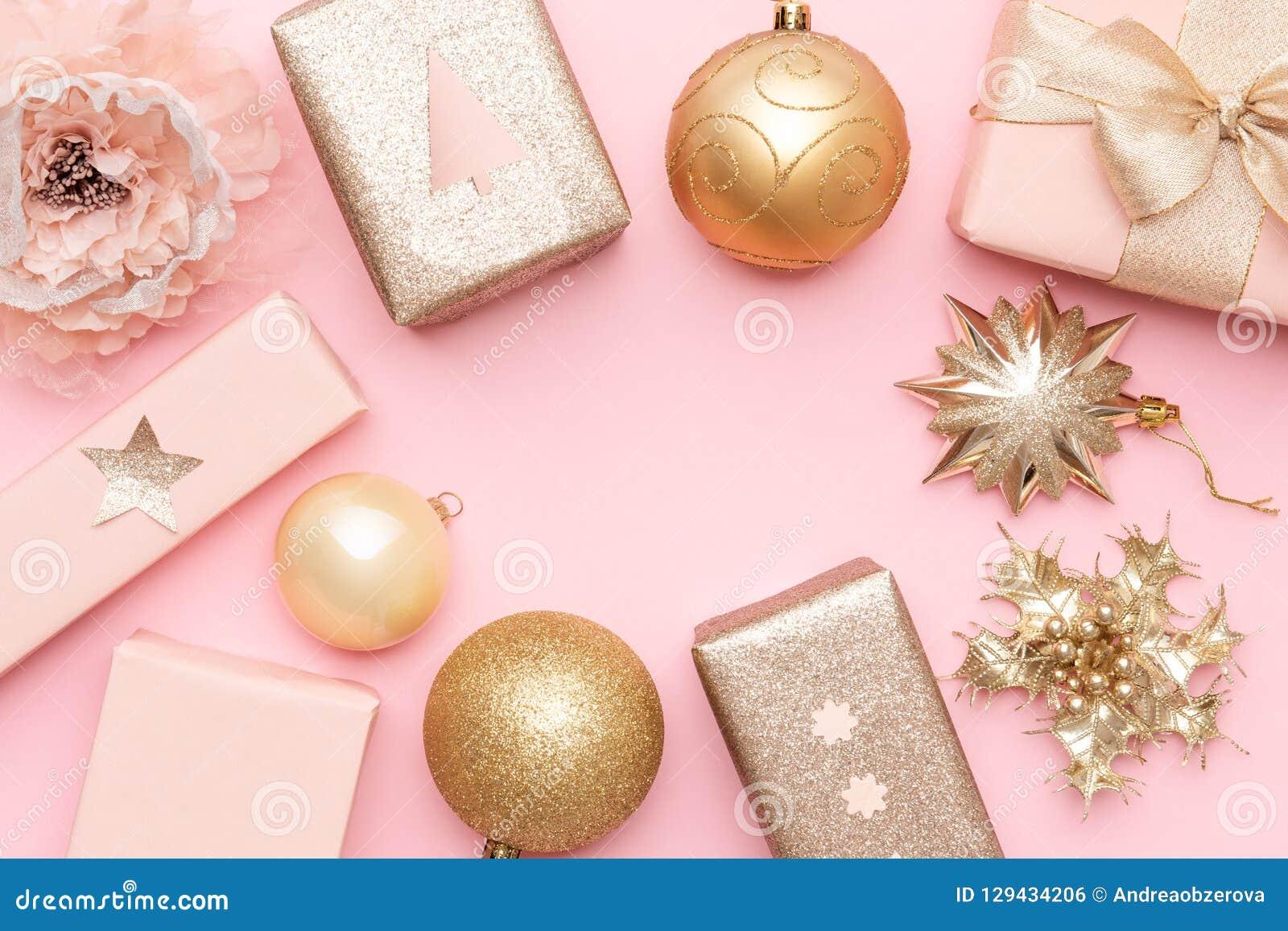 Różowi i złociści boże narodzenie prezenty odizolowywający na pastelowych menchii tle Boże Narodzenia wyśmiewają up
