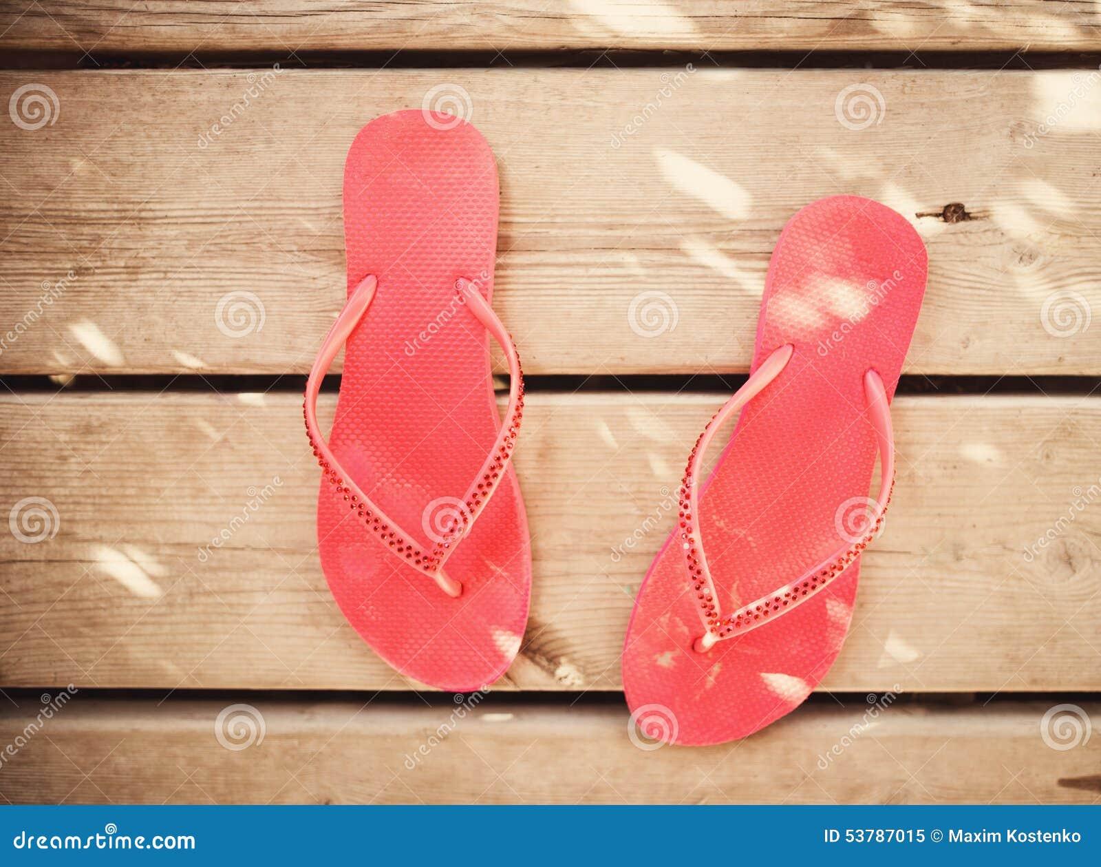 Różowi trzepnięcie klapy sandały na drewnie