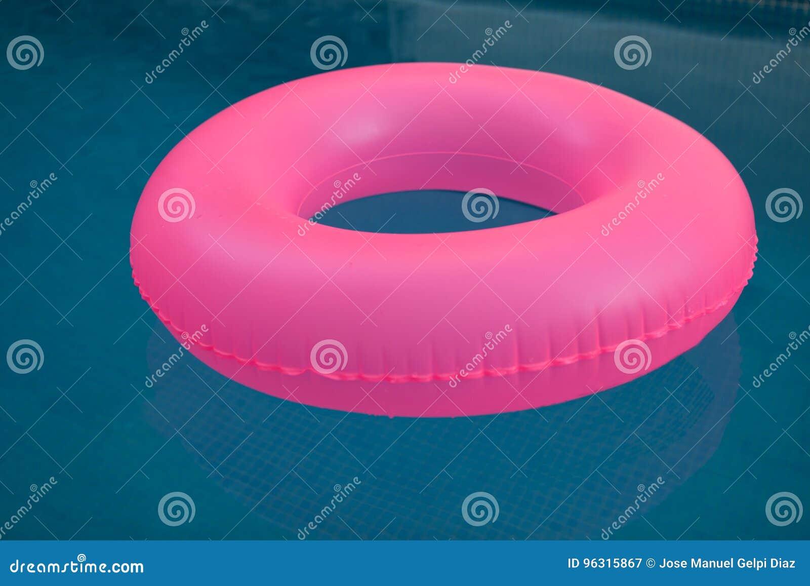 Różowy pławik na basenie
