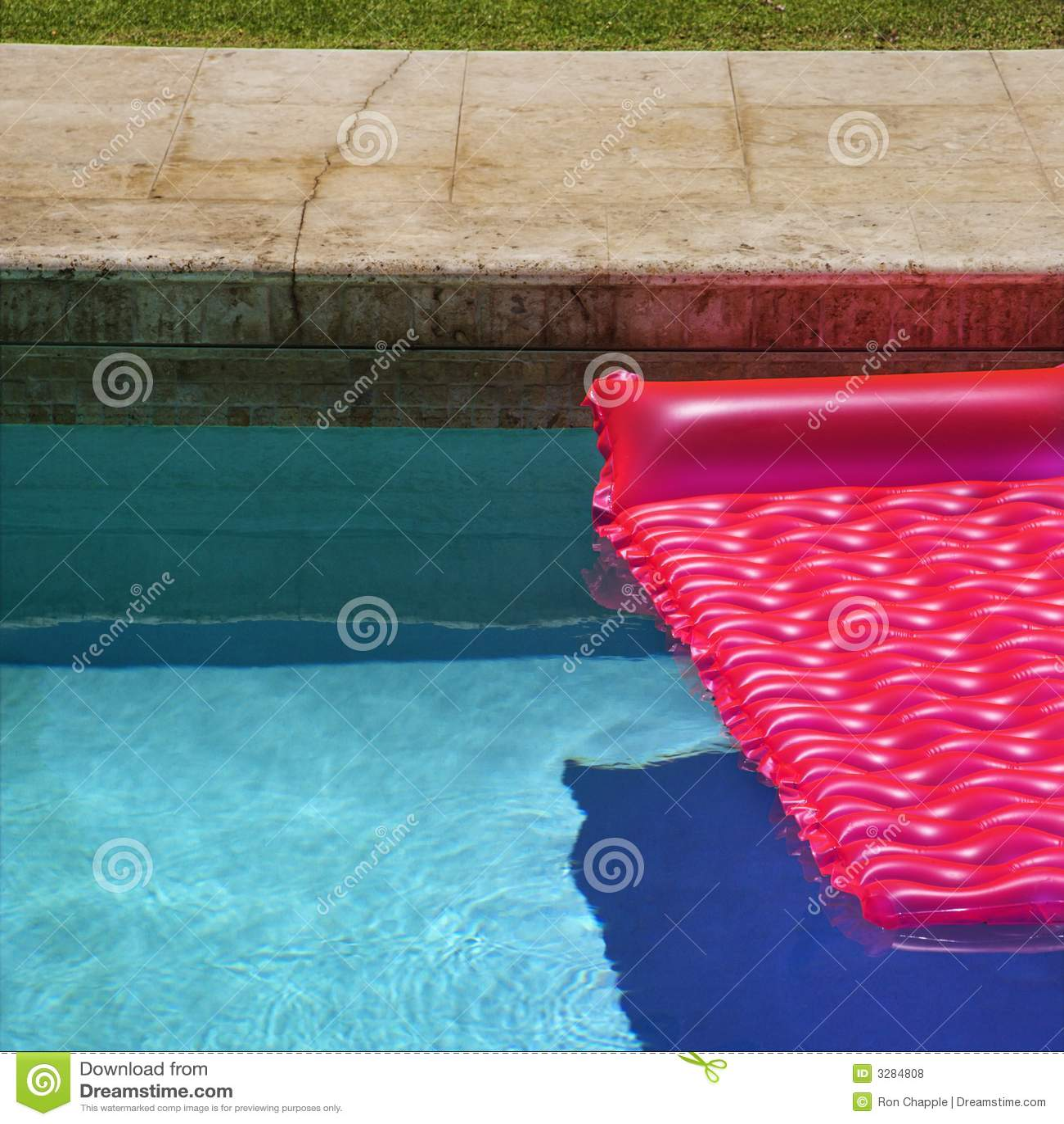 Różowy pływakowy basenie pływa