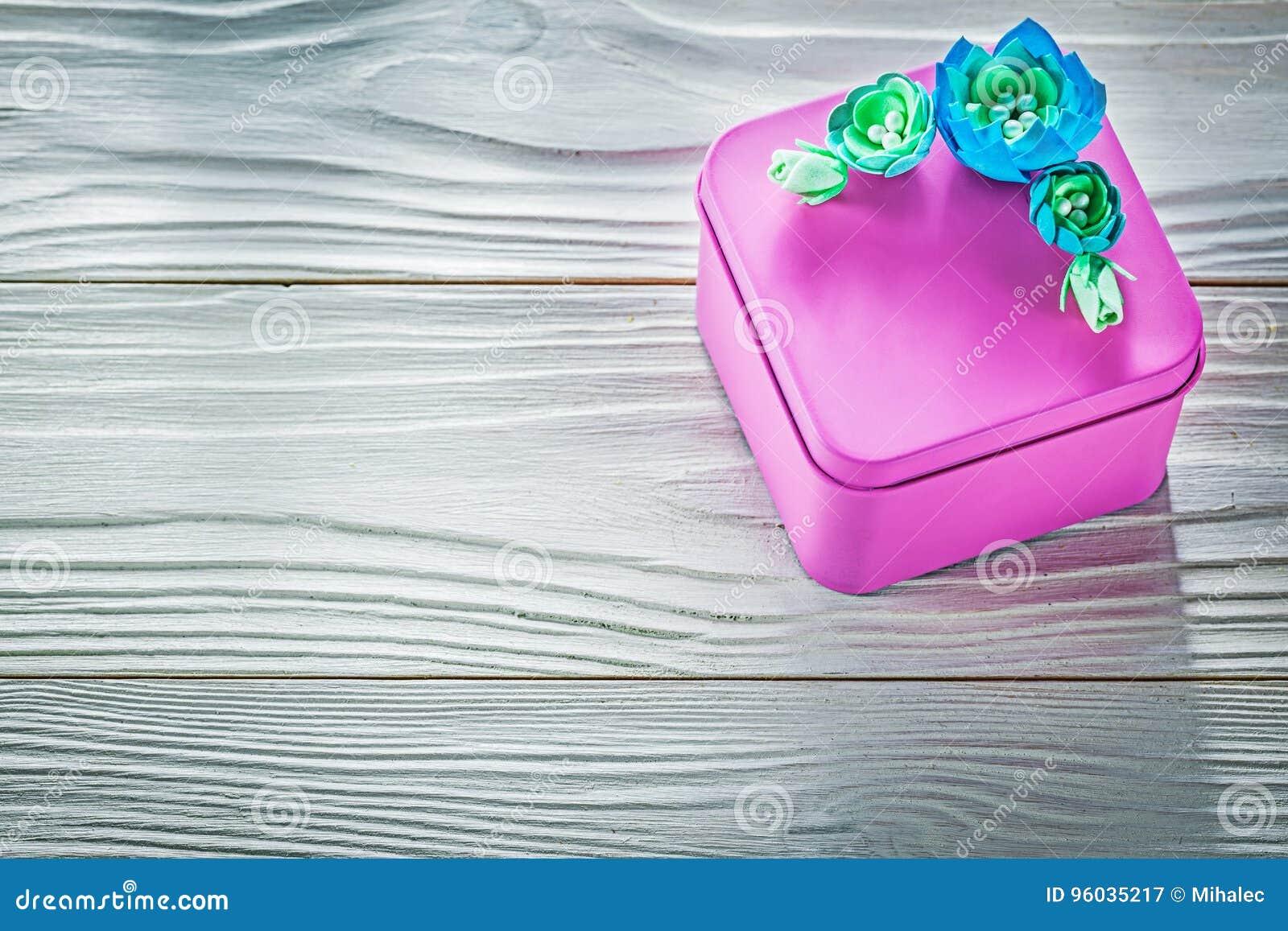 Różowy prezenta pudełko na drewno deski świętowań pojęciu
