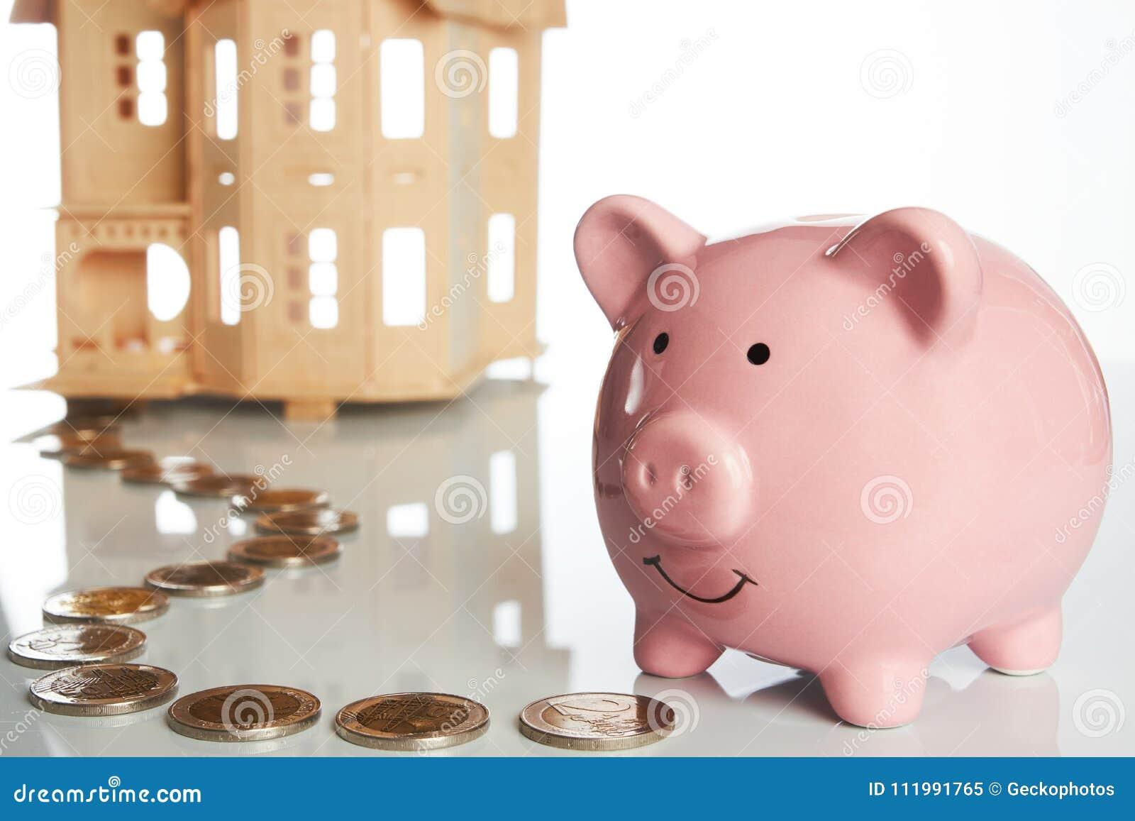 Różowy prosiątko bank, monety wlec i dom