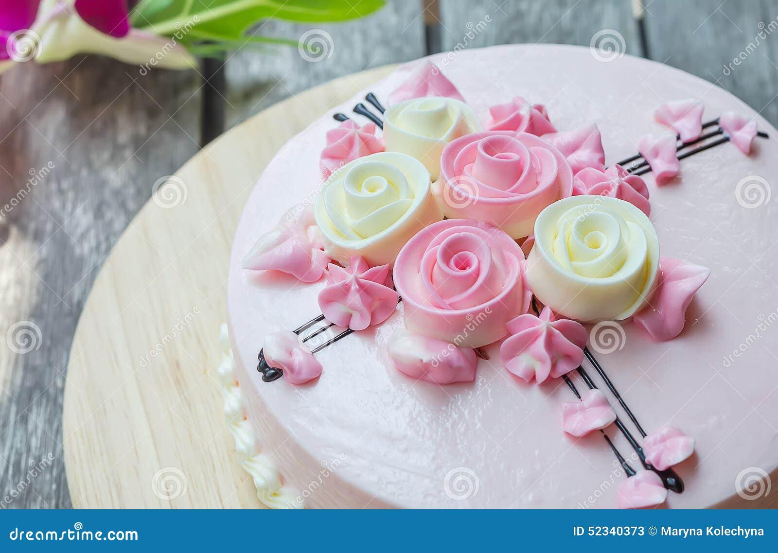 Różowy tort na drewnianym stole