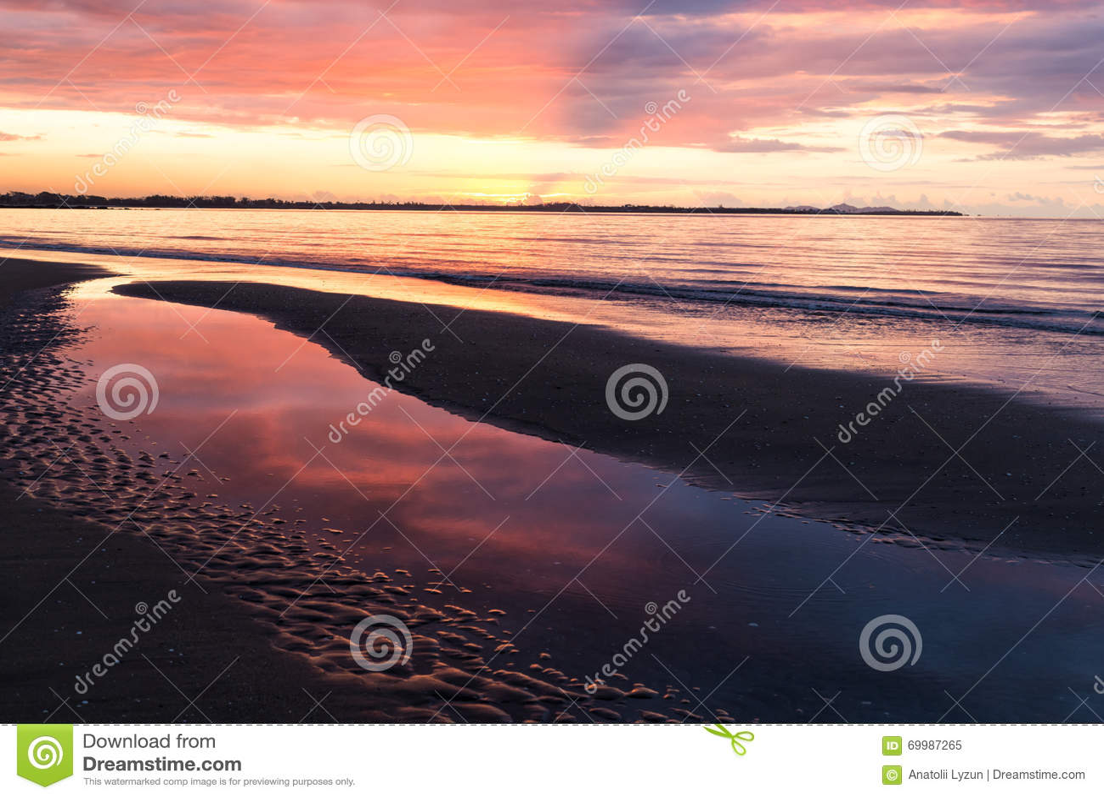 Różowy zmierzch na ocean plaży drucik