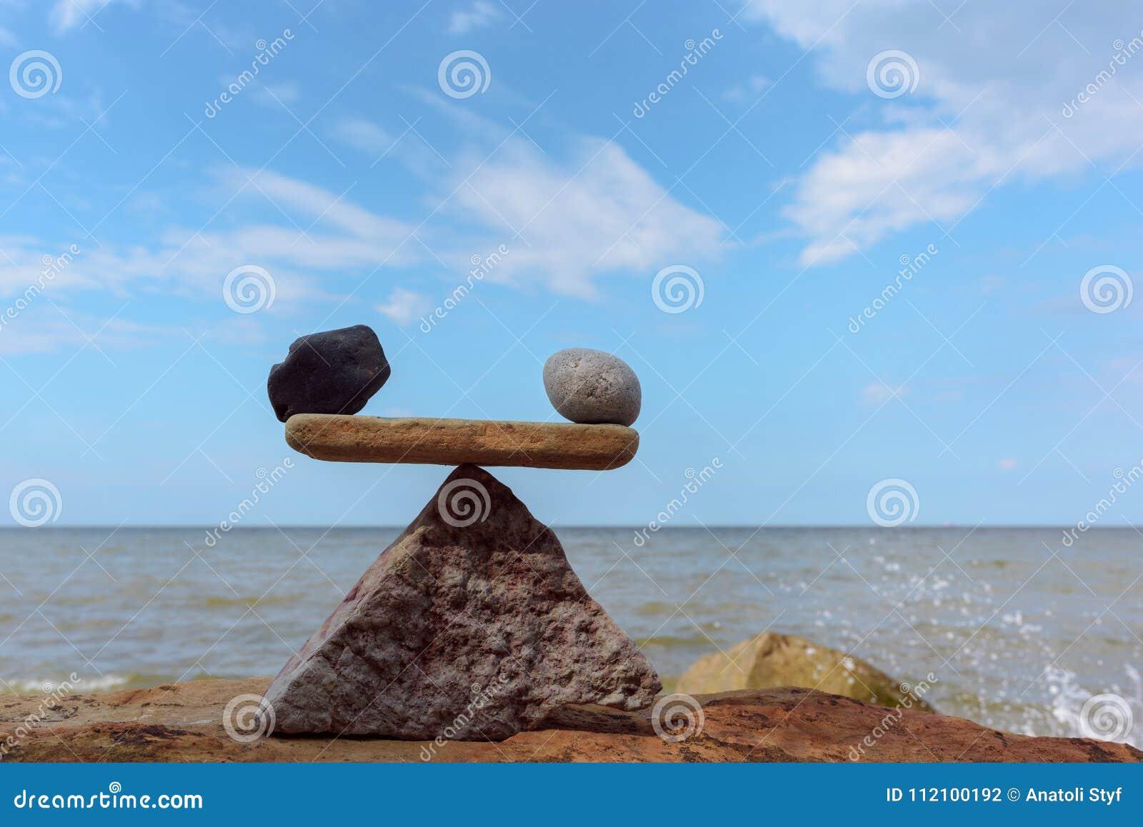 Równowaga kamienie na wybrzeżu