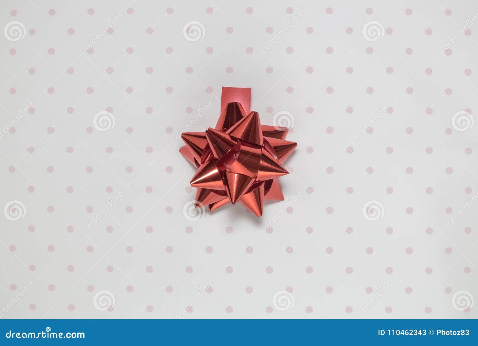 Röd beståndsdel för pilbågebanddekor som isoleras på polkaslättrosa färger och vitbakgrund
