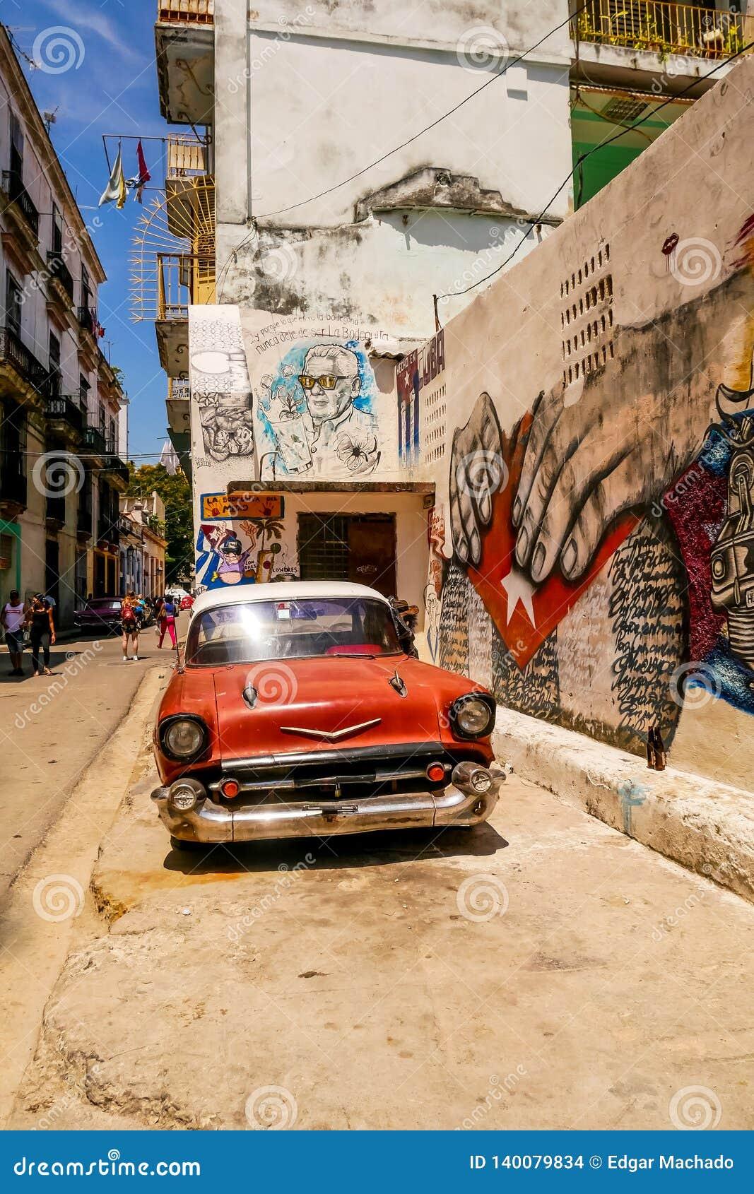 Röd bil och grafitti