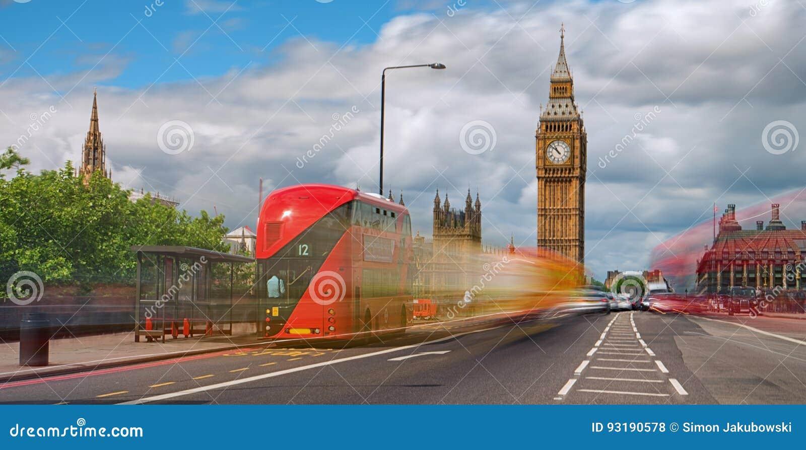 Röd buss framme av Big Ben