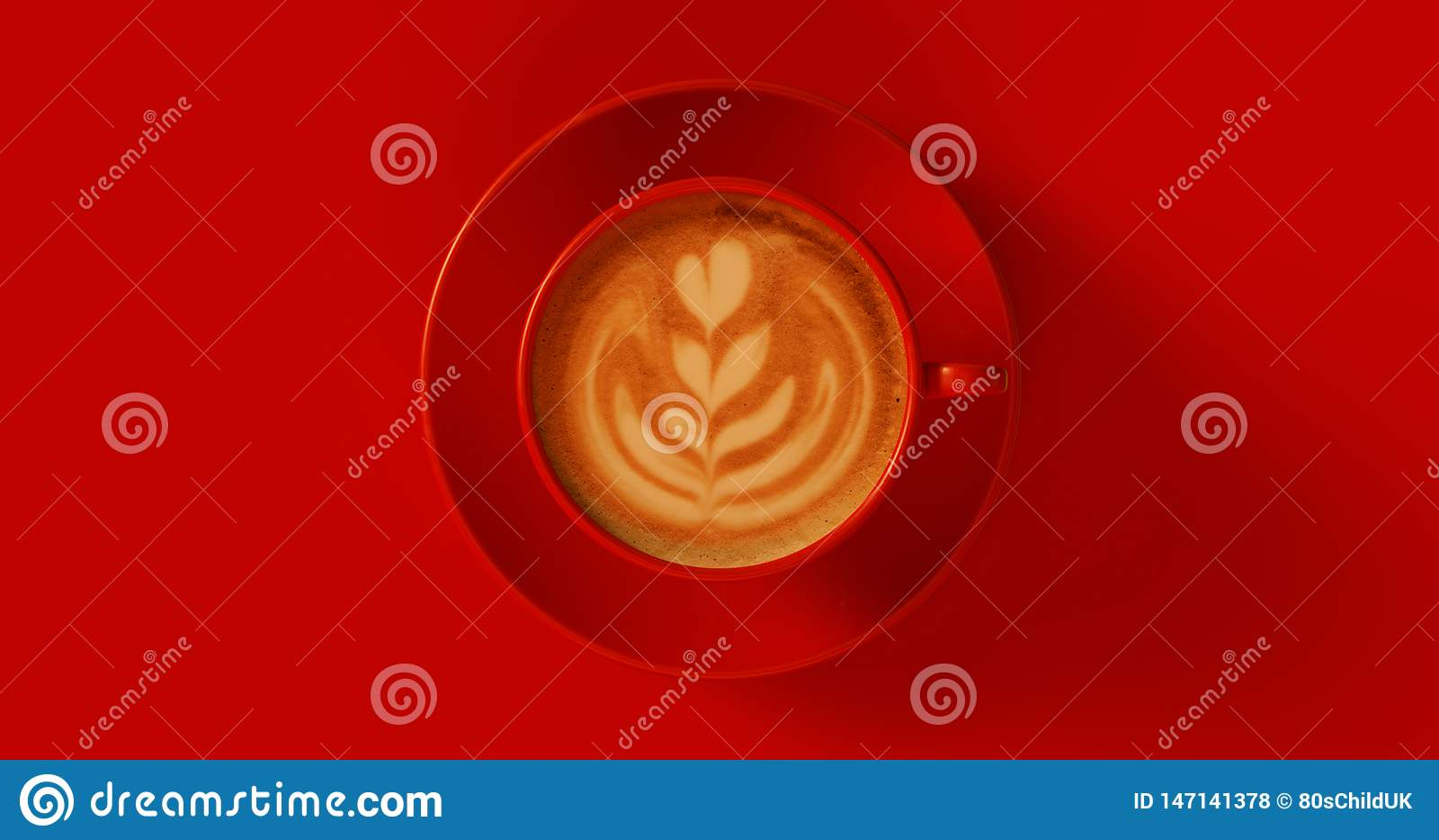 Röd cappuccino för kaffekopp