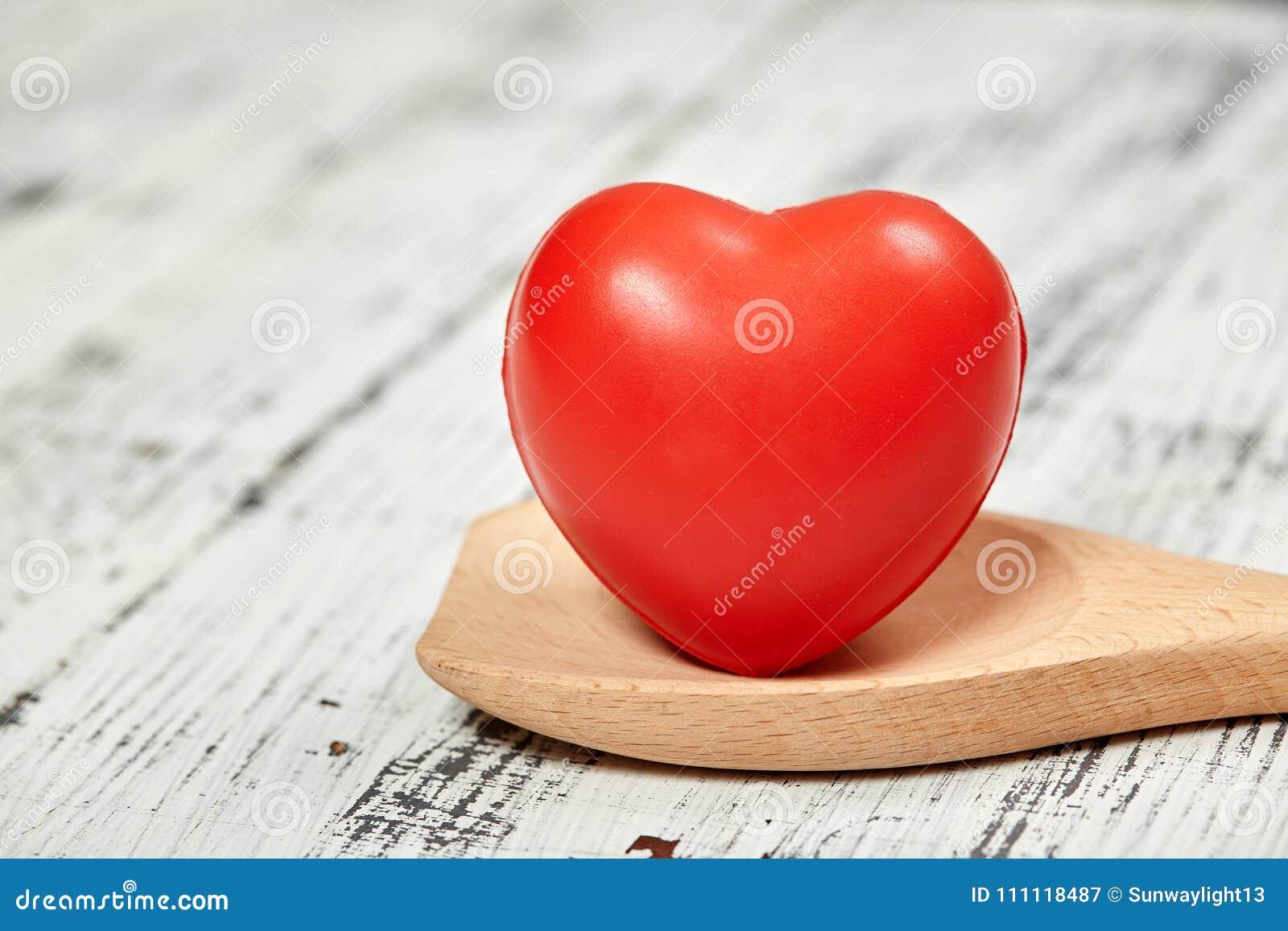 Röd hjärta brigham På en trätabell planlägg ditt