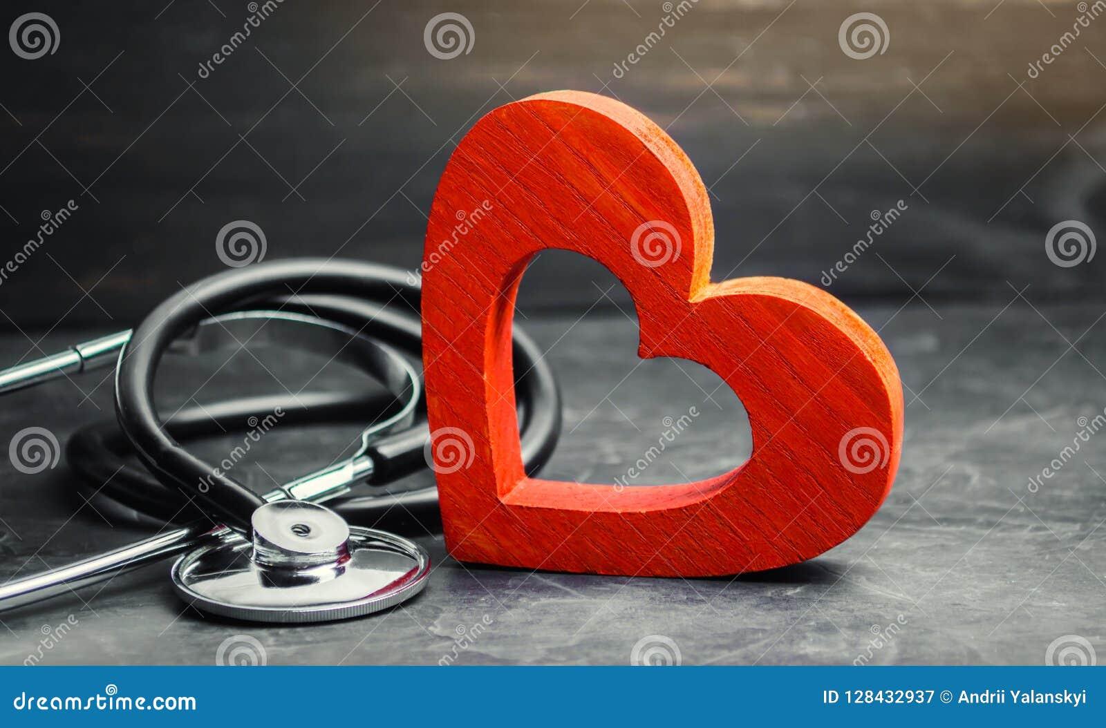 Röd hjärta och stetoskop Begreppet av medicin och sjukförsäkring, familj, liv ambulant Kardiologisjukvård
