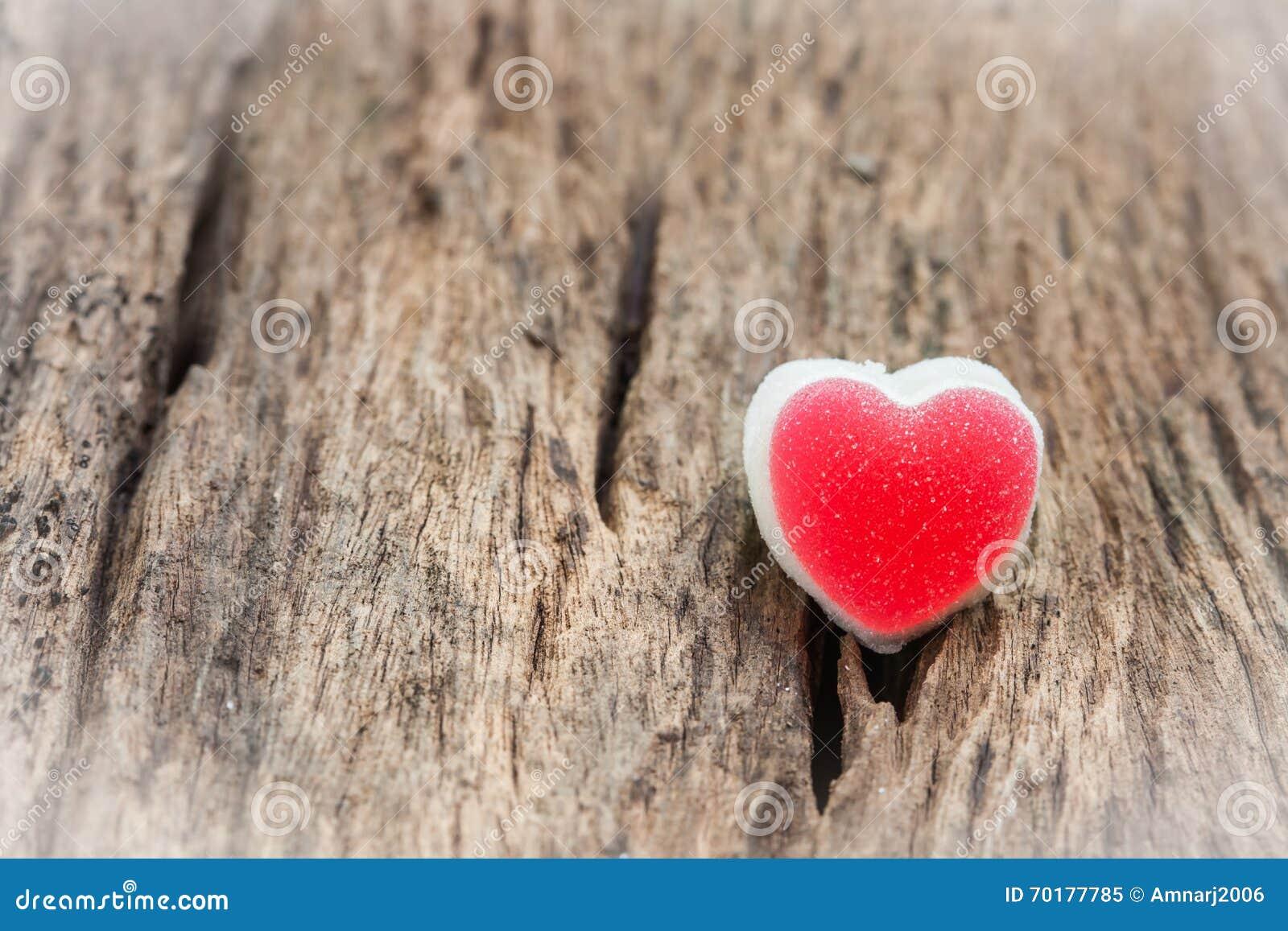 Röd hjärta på wood bakgrundsvalentin