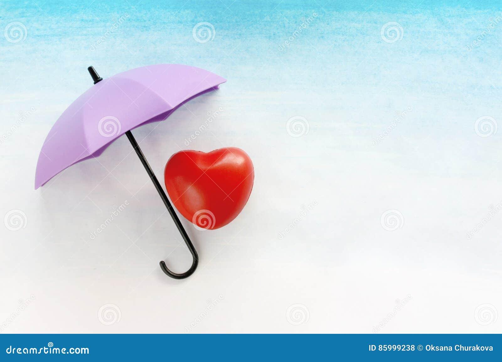 Röd hjärta under ett paraply