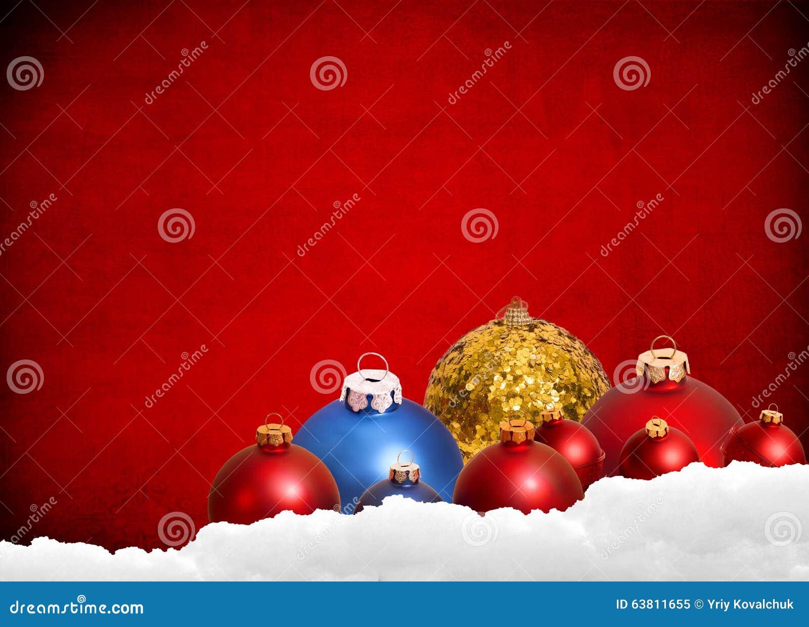 Röd julbakgrund med leksaker och garnering