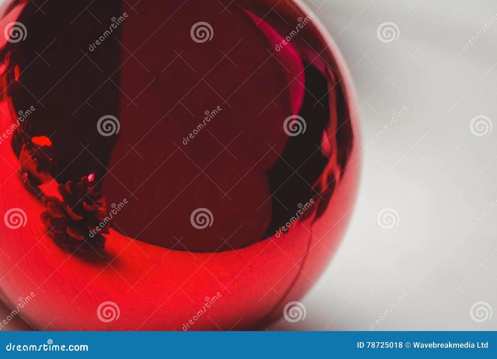 Röd julstruntsak på trätabellen