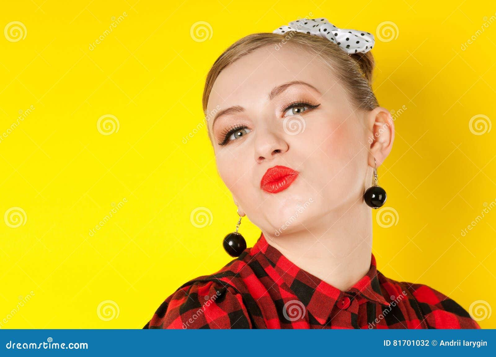 Röd kantkyssstående av en kvinna