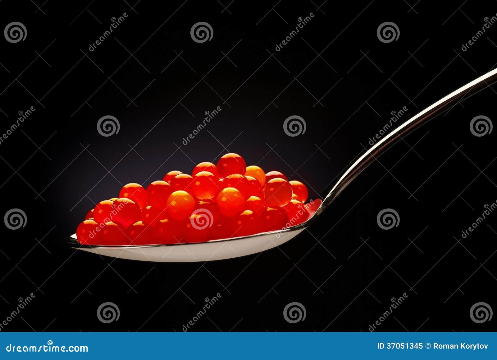 Röd kaviar på stålskeden