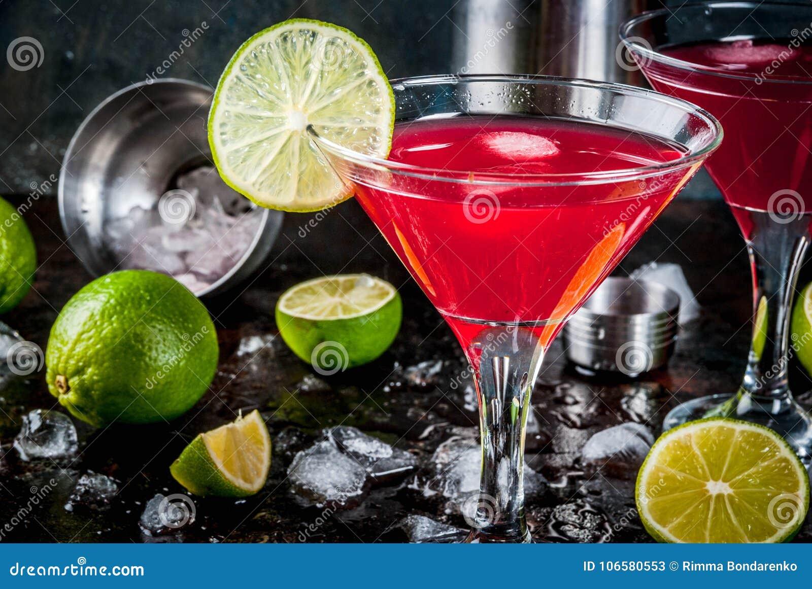 Röd kosmopolitisk coctail med limefrukt