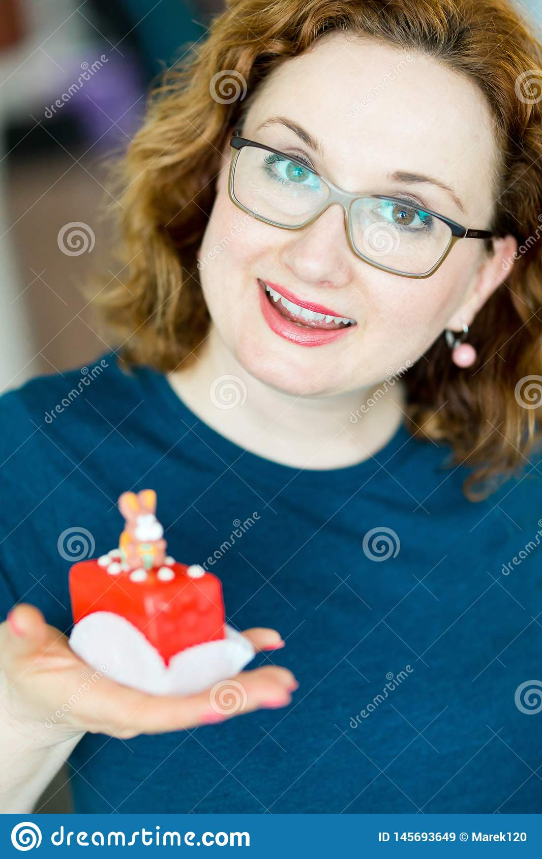 Röd kub som kakan med kvinnan för kanin överst -