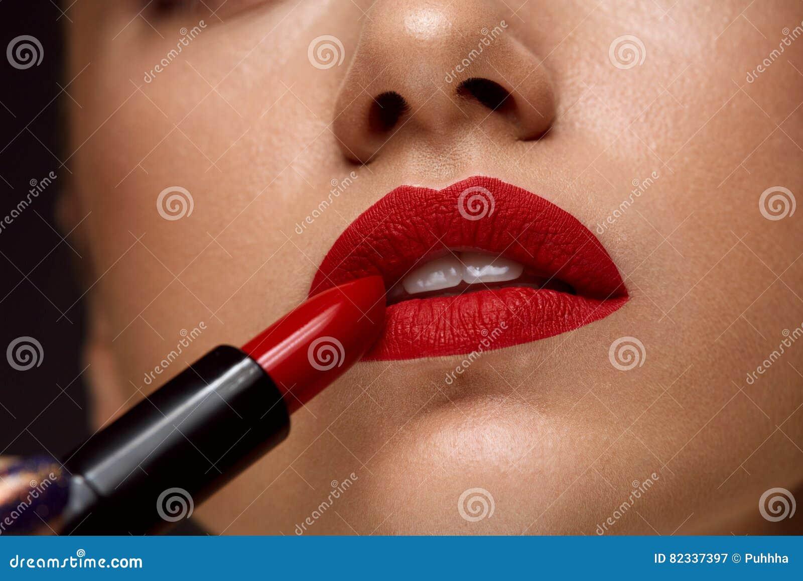 Röd läppstift Closeup av kvinnaframsidan med ljus kantmakeup