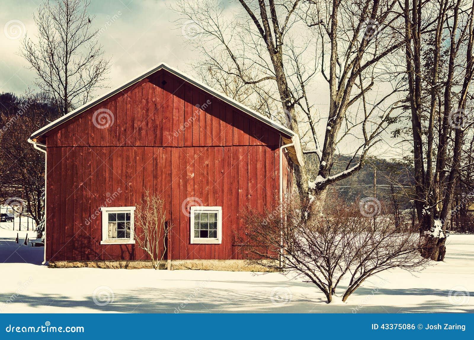 Röd ladugård i vinter