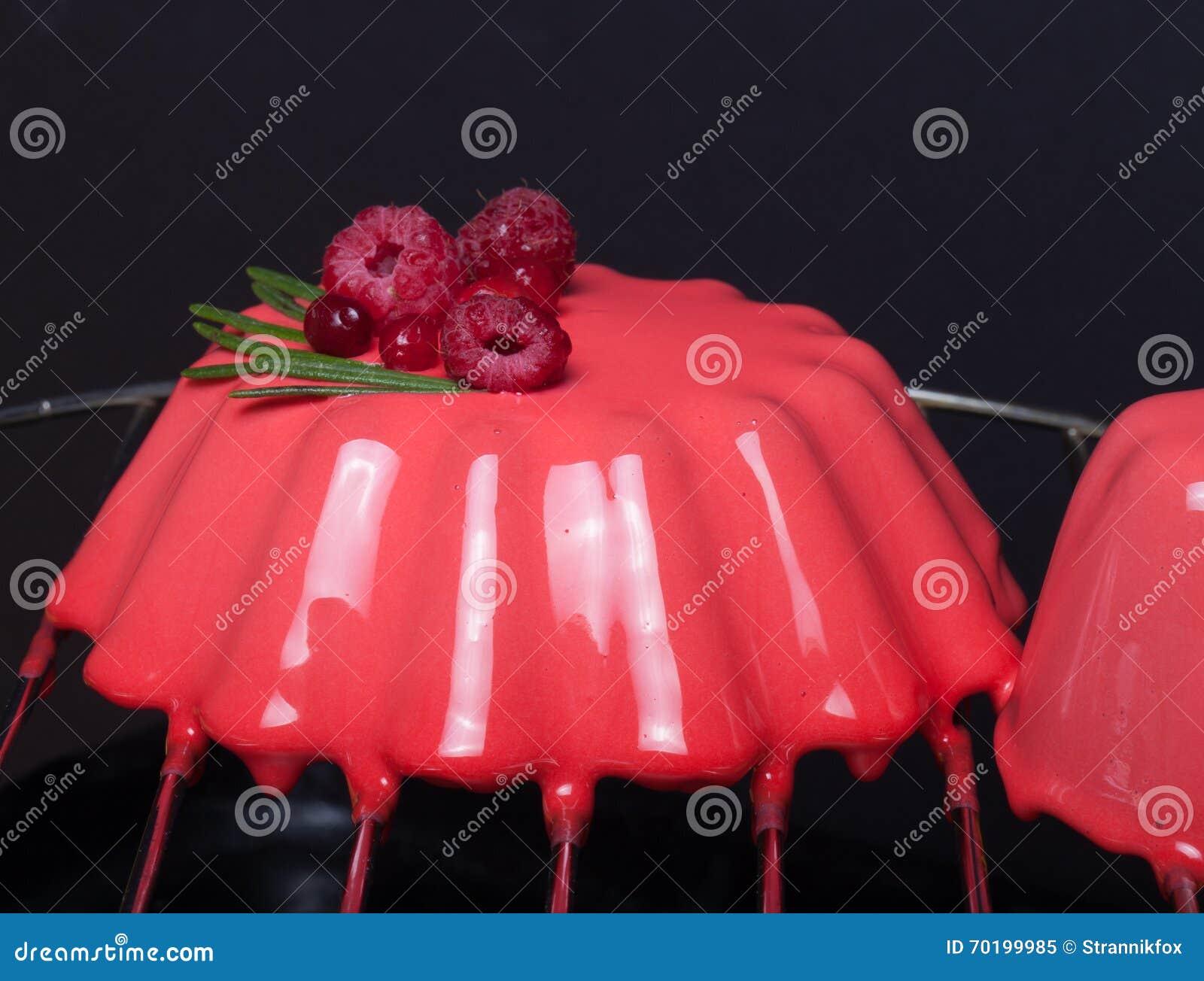 Röd moussekaka med bär grunt djupfält selektivt