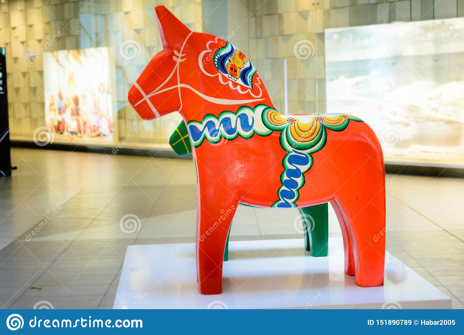 Röd och grön stor svensk Dala häst Det traditionella trädalahästsymbolet av det svenska Dalarna landskapet