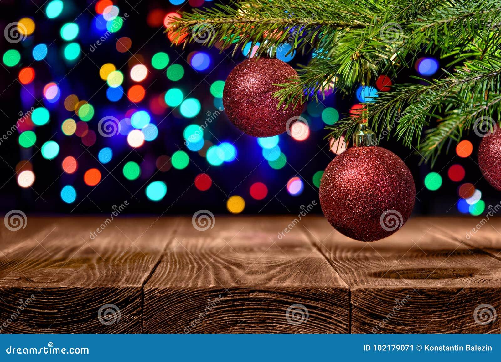 Röd och grön themed julbakgrund på en mahogny med kulöra texturer och kopieringsutrymme för din ferie önskar