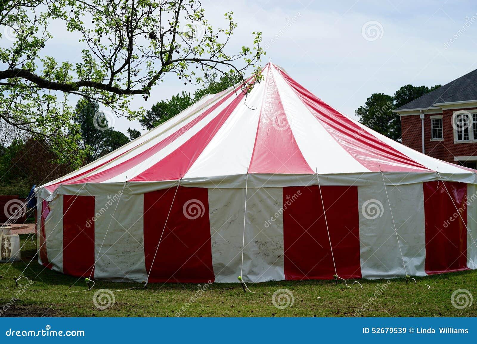Röd och randigt cirkustält för vit