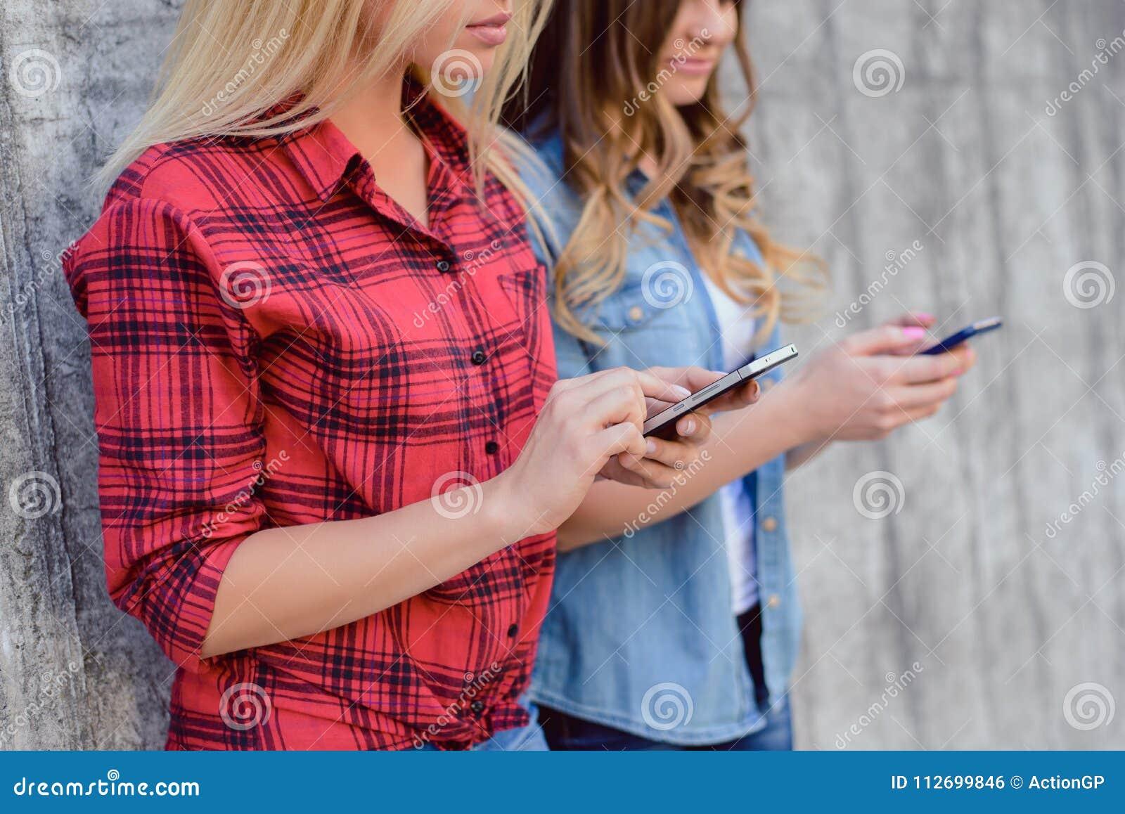 Röd rutig fritid för skjortaböjelselivsstilen vilar kopplar av socialt begrepp för skönhet för ålder för grupp för massmedia folk
