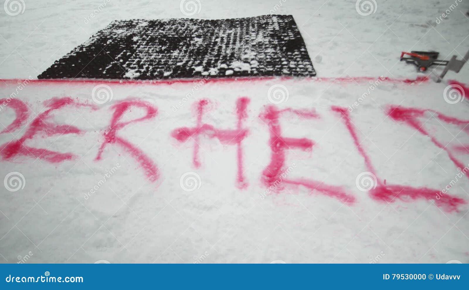 Röd sprejfläck för snowboarder på slinga snöig berg Striden skidar semesterorten challenge konkurrens arkivfilmer