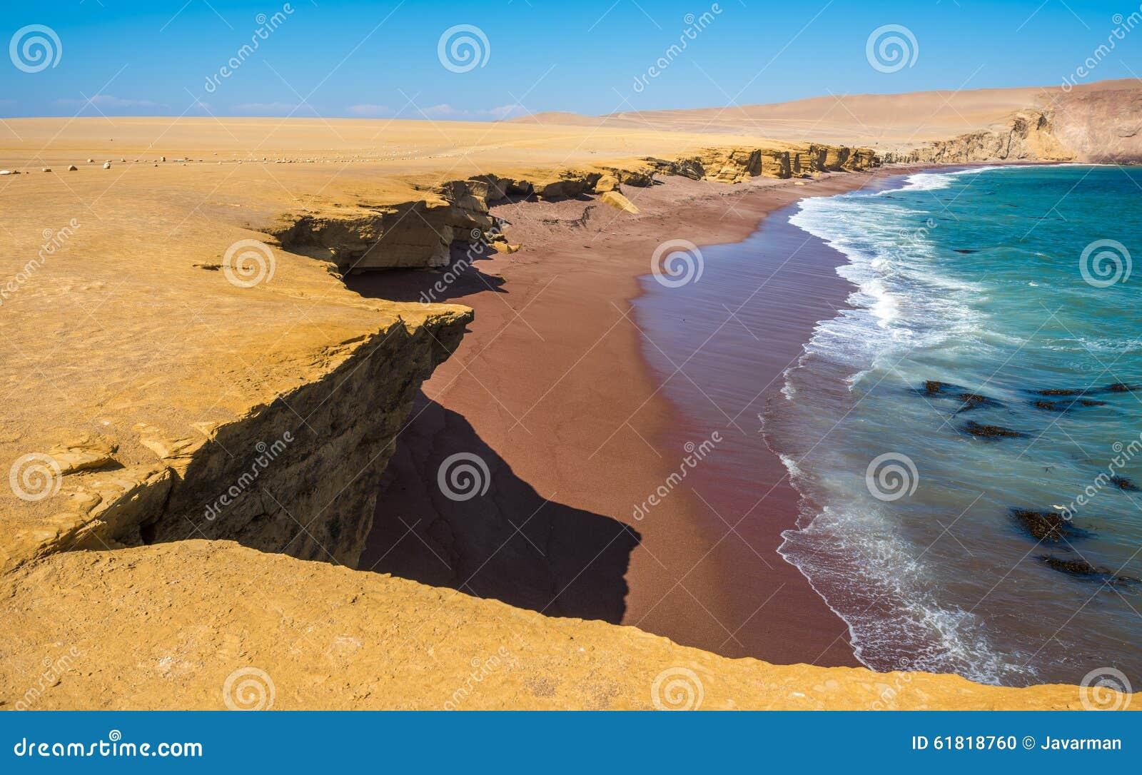 Röd strand i Paracas den naturliga reserven, Peru