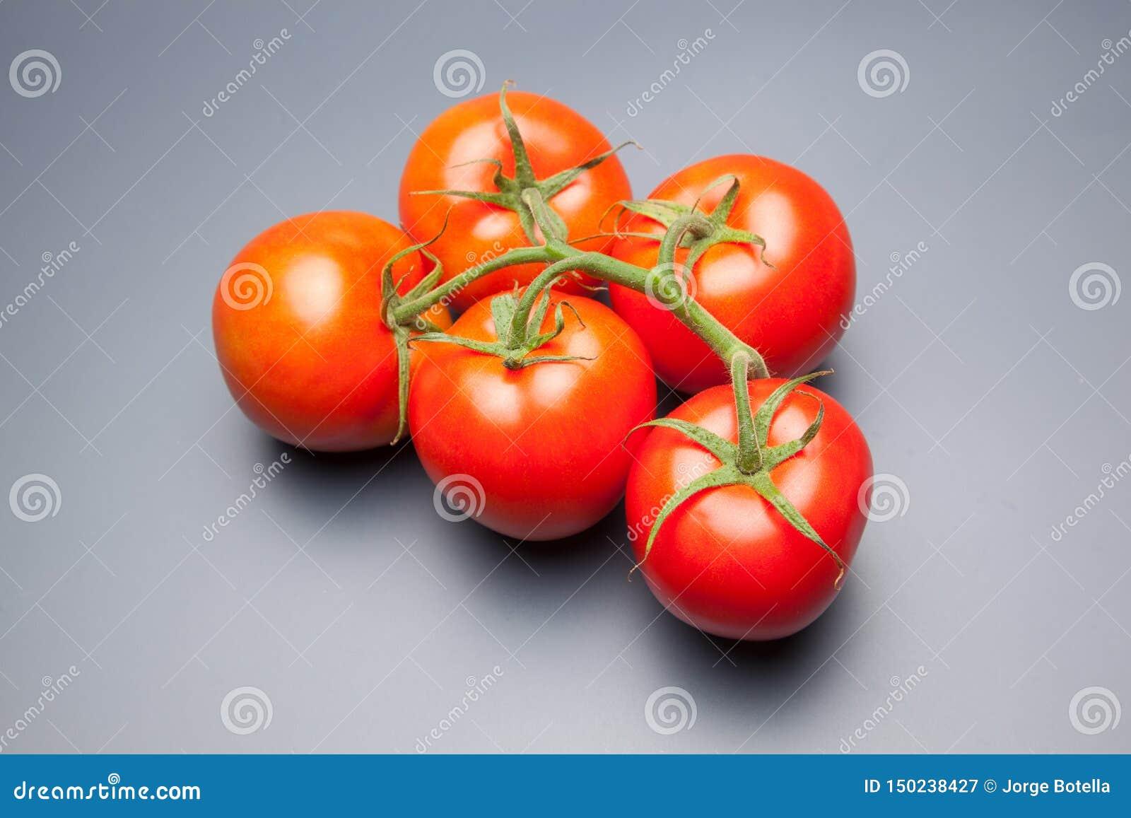 Röd tomat, med droppar av vatten som betecknar friskhet och hälsa