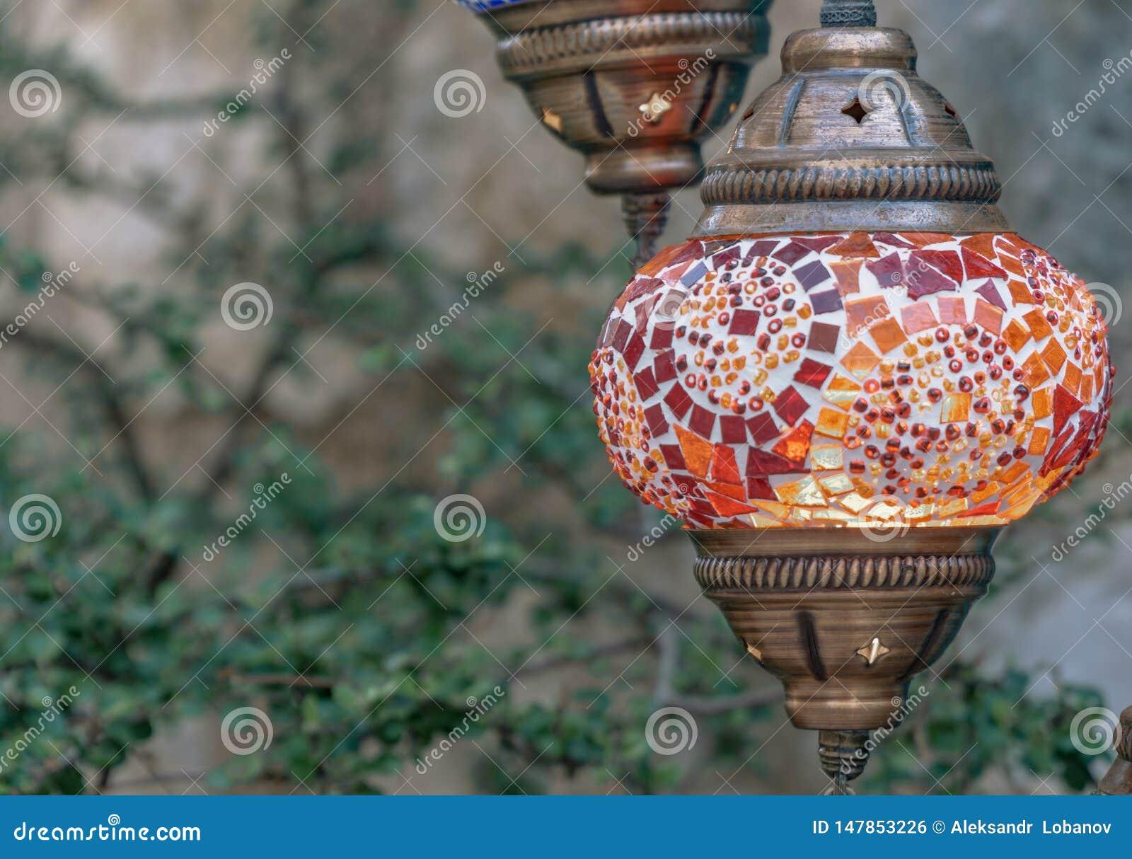 Röd turkisk lampa på gatan