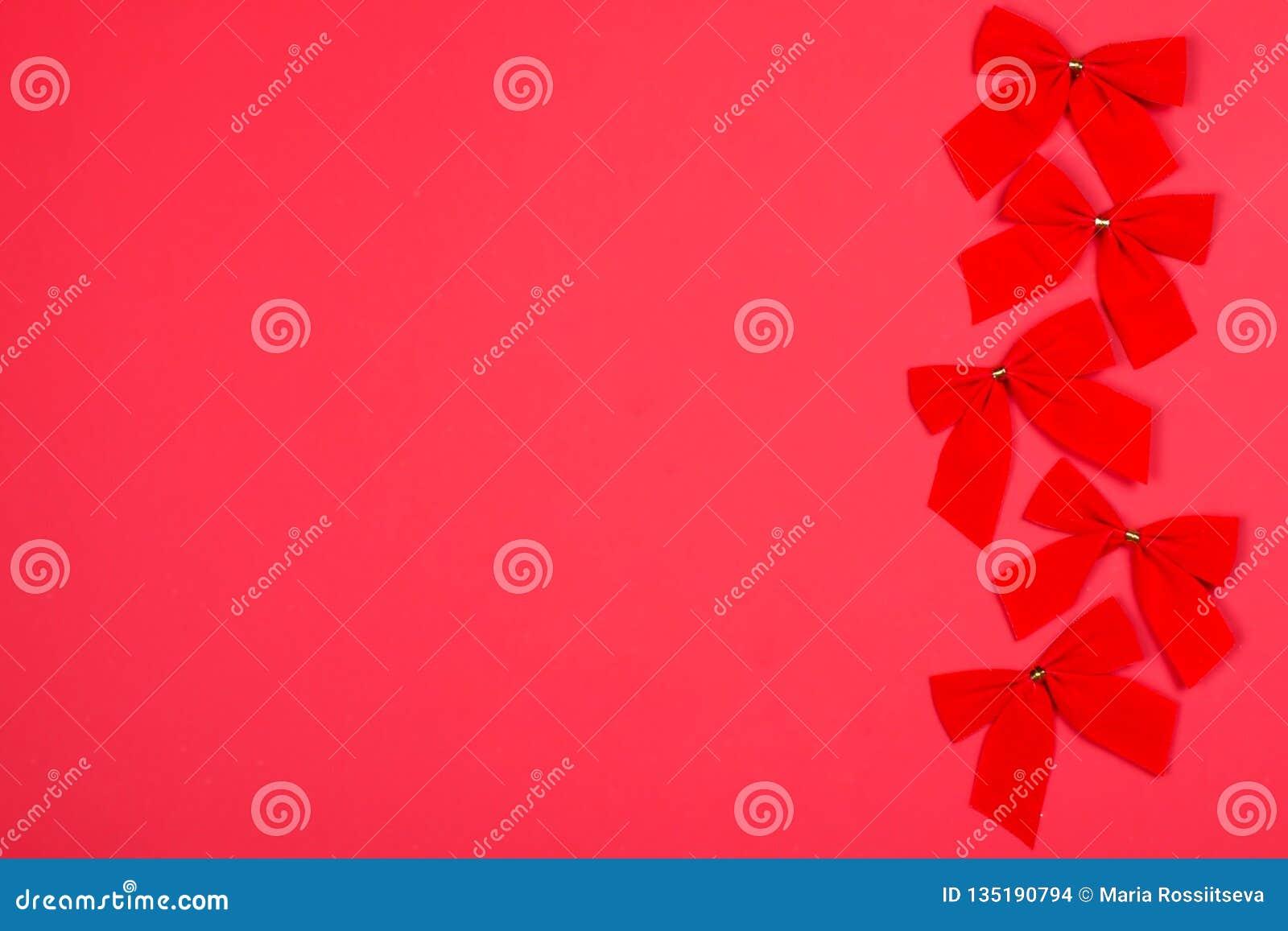 Röda Cristmas bugar på bakgrund av den samma färgen
