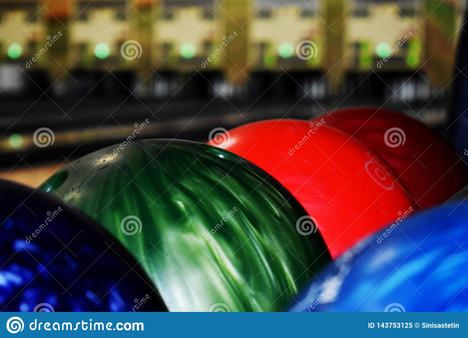 Röda gröna blåa bowlingklot