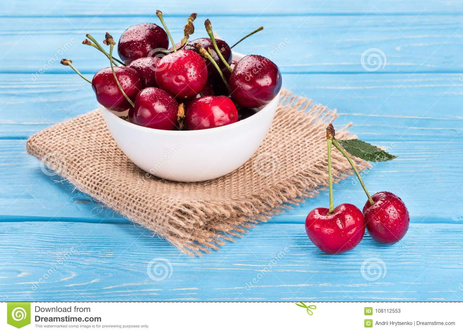 Röda körsbär i bunke