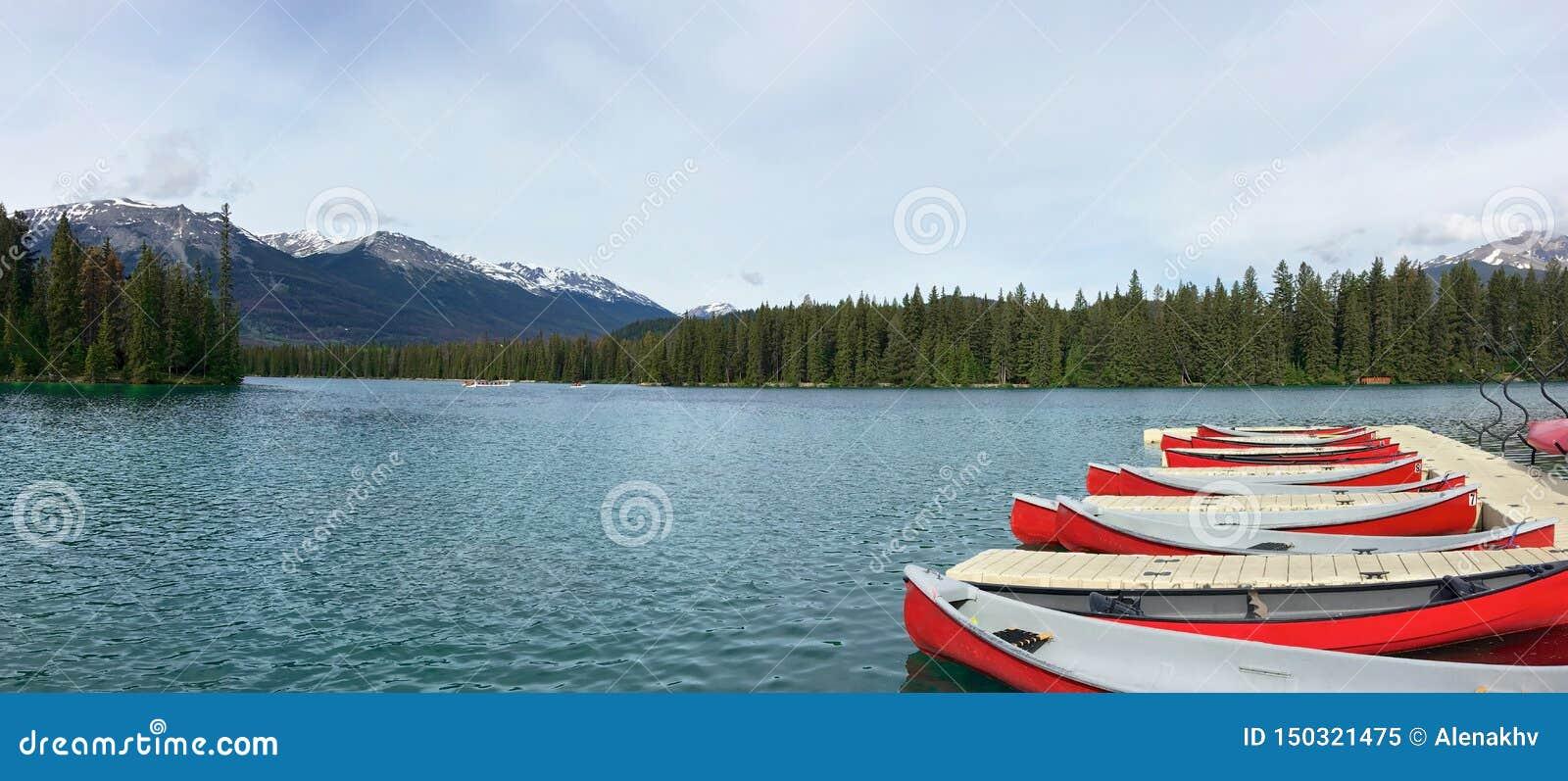 Röda kanoter på sjön