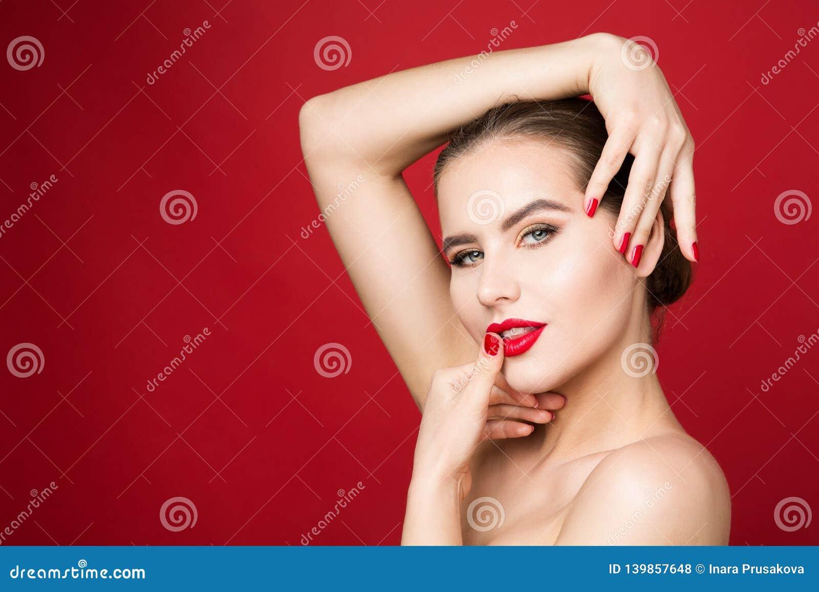 Röda kanter och spikar, kvinnaskönhetsminket, röd läppstift och polsk härlig flickaframsidamakeup